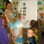 Dzieci przebrane za postacie z bajek uczestniczą aktywnie w zajęciach