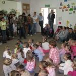 Dzieci słuchają bajkę