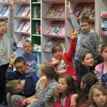 Dzieci przy gazetkach