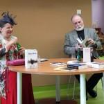 Autor trzyma książkę i o niej opowiada