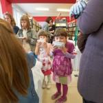Dwie małe dziewczynki oblizują talerze
