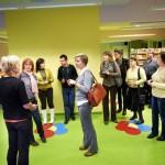 Goście oglądają pomieszczenia biblioteki