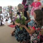 Dziewczynka wręcza autorce kwiaty