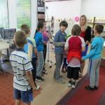 Dzieci pokazują sobie wzajemnie wykonane kartki