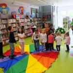 Dzieci na kolorowym kole
