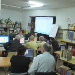 Uczestnicy oglądają prezentację
