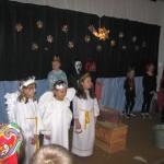 Przedstawienie jasełkowe, na scenie dzieci w przebraniach aniołków