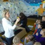 Prowadząca opisuje dzieciom narzędzia badawcze