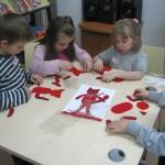 Dzieci wykonujące zwierzątka techniką cottage