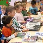 Dzieci przeglądające książki