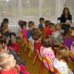 Dzieci słuchają wypowiedzi bibliotekarki