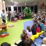 Dzieci słuchające Grzegorza