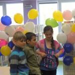 Dzieci w sali w bibliotece