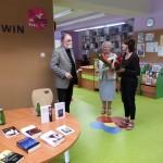 Autor otrzymuje kwiaty i podziękowania od organizatorów