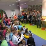 Dzieci słuchają o rękodziełach