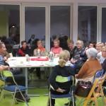 Uczestnicy zgromadzeni wokół stołu