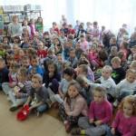 Dzieci słuchają akwarystów