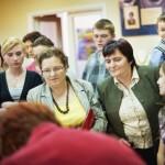Goście oglądają pokaz wyrobu rękodzieła