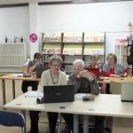 Starsze osoby uczące się podstaw korzystania z komputera