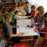 Dzieci malują farbami