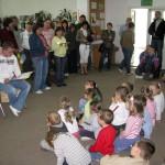 Prowadzący czyta dzieciom bajkę