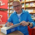 Mariusz Szczygieł rozdaje autografy