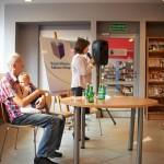 Wypowiedź jednej z bohaterek ksiązki, obok siedzi autor trzymając dziecko