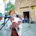 Pani czyta książkę przed mikrofonem