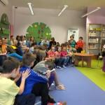 Dzieci słuchają wypowiedzi autorki