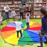 Dzieci w zabawach ruchowych