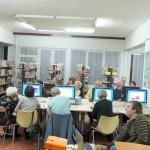 Starsze osoby uczące się korzystania z komputera