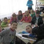 Dzieci pracują przy plakacie