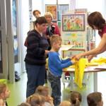 Dziecko odbiera nagrodę