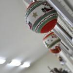 Kolorowe bombki na ścianie wystawy