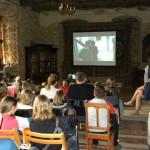 Uczestnicy oglądają film z realizacji projektu