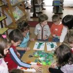 Autorka zapoznaje dzieci z techniką cottage