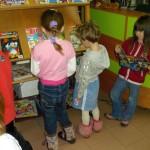 Dzieci zapoznają się z czasopismami