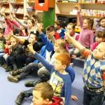Dzieci trzymające ręce w górze