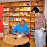 Mariusz Szczygieł podpisujący autograf