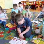 Małolaty czytające książki Grzegorza Kasdepke