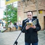 Pan czyta książkę przed mikrofonem