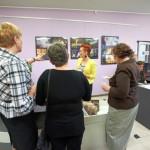 Goście dyskutują o wystawie