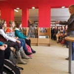 Goście siedzą i słuchają autorki