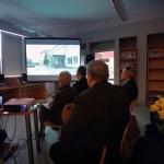 Goście oglądają na ekranie pokaz zdjęć
