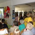 Goście oglądają projekcję filmu obrazującego projekt