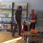 Pracownik biblioteki przygotowuje projektor na prezentację
