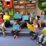 Małolaty ze swoimi obrazkami
