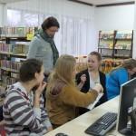 Dyskusja uczestników przy komputerach