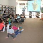 Goście wernisażu oglądają prezentację