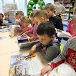 Dzieci przeglądają książki